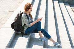 Девушка сидя на каменных разделах 03 Стоковая Фотография