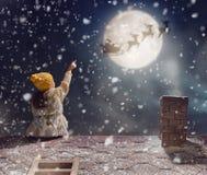 Девушка сидя на крыше Стоковая Фотография