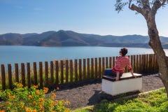 Девушка сидя на отдыхать стенда Стоковое Изображение