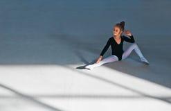 Девушка сидя на поле и танцах Стоковое Изображение RF