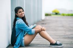 Девушка сидя на поле Стоковая Фотография RF