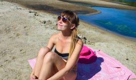 Девушка сидя на пляже Стоковая Фотография RF