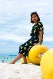 Девушка сидя на томбуе Стоковые Фото
