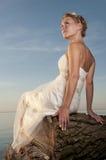 Девушка сидя на упаденном дереве Стоковые Фотографии RF
