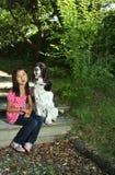 Девушка сидя с ее собакой Стоковые Фотографии RF