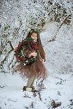 Девушка сказки Портрет маленькая девочка в платье оленей с покрашенной стороной в antler леса зимы большом коричневом стоковые фото