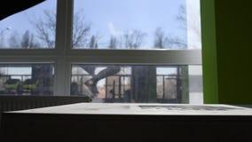 Девушка скача в деревянные коробки в тренировке видеоматериал