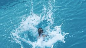 Девушка скача в яхту формы морской воды Подныривание ребенка в море от шлюпки видеоматериал