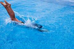 Девушка скача на бассейн с взглядом Чёрного моря, брызгать воды стоковая фотография rf