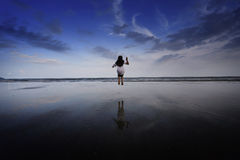 Девушка скача на пляж Стоковое Фото