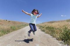 девушка скача немного стоковые фото