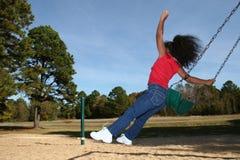 девушка скача с качания стоковая фотография
