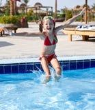 девушка скачет swimsuit заплывания бассеина красный Стоковое Изображение