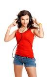 девушка слушает детеныши нот стоковые фотографии rf