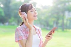 Девушка слушает музыка с наушниками стоковое изображение rf
