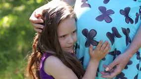 Девушка слушая к младенцу в животе ее матери сток-видео