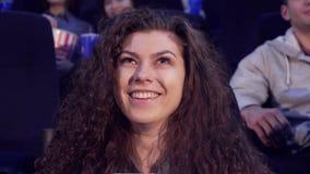 Девушка смеется над на кинотеатре стоковая фотография