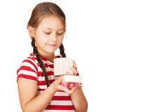 Девушка смотрит в коробке Стоковое Изображение