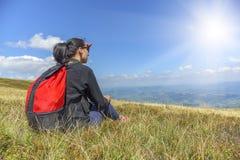 Девушка смотрит горы Стоковая Фотография