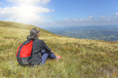 Девушка смотрит горы Стоковое фото RF