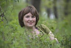 Девушка смотрит из травы Стоковые Изображения RF