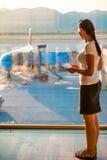 Девушка смотрит на самолете Стоковая Фотография RF