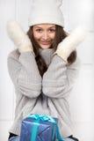 Девушка смотрит от задних mittens меха Стоковое Изображение