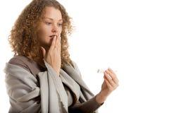 Девушка смотрит термометр с сотрясенным выражением Стоковое Изображение