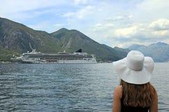 Девушка смотрит туристическое судно входя в залива Kotor стоковые фотографии rf