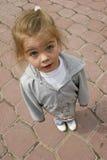 девушка смотря вверх Стоковые Фотографии RF