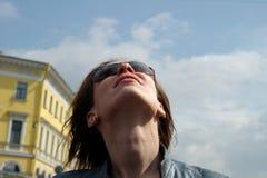 девушка смотря вверх Стоковое Изображение