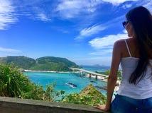 Девушка смотря взгляд пляжа изумительный от верхней части стоковые изображения rf