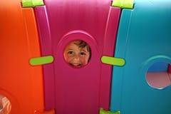 Девушка смотря вне от пластичного иллюминатора Стоковое Изображение