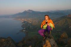 девушка смотря восход солнца Стоковое Фото