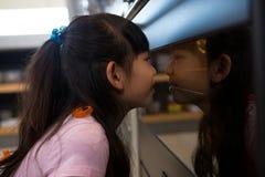 Девушка смотря в печь Стоковое Изображение