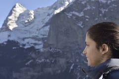 Девушка смотря гору Eiger от деревни Murren Стоковая Фотография