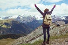 девушка смотря горы Стоковые Изображения