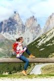 девушка смотря горы Стоковая Фотография