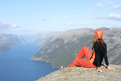 девушка смотря горы Стоковое Изображение