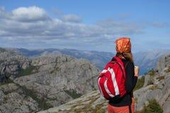девушка смотря горы Стоковое фото RF