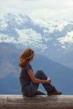 Девушка смотря горы Стоковые Фотографии RF