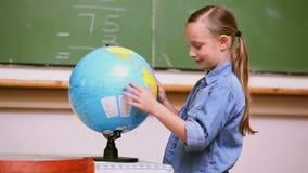 Девушка смотря глобус акции видеоматериалы