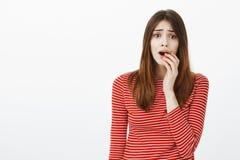 Девушка смотря драму ТВ, чувствуя потревожилась о любимом отношении характера Портрет тревоженой привлекательной женщины Стоковая Фотография