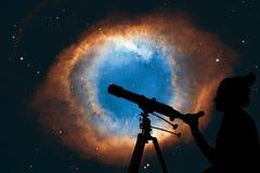 Девушка смотря звезды с телескопом Межзвёздное облако винтовой линии Стоковое фото RF