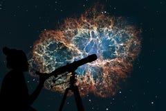 Девушка смотря звезды с телескопом Межзвёздное облако краба Стоковое Фото