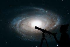 Девушка смотря звезды с телескопом Пообещанная галактика ` s, M81 стоковое фото rf
