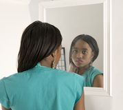 девушка смотря зеркало довольно Стоковые Фотографии RF