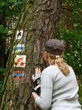 девушка смотря знаки туристские Стоковая Фотография