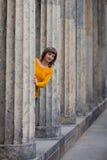 Девушка смотря из старых столбцов Стоковые Фото
