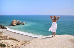 Девушка смотря к морю, Кипру стоковая фотография